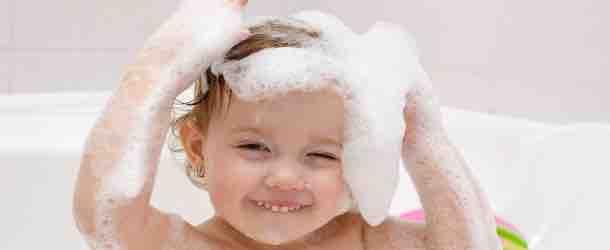 Behutsame Baby Haarpflege ganz ohne Tränen
