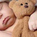 So reinigst du Nase, Ohren, Mund und Augen von Babys