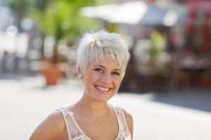 Blondierte Haare gesund pflegen – so geht´s