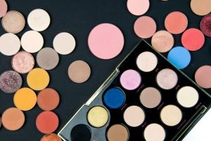 Lidschatten und Lippenstift desinfizieren: So kann man gebrauchte Kosmetik sterilisieren