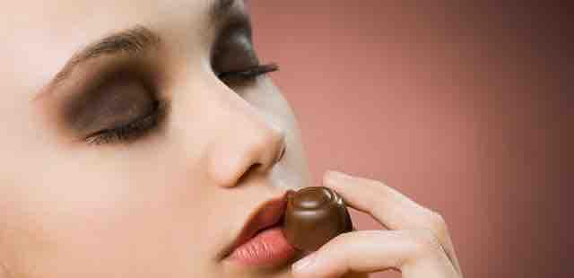 Kann Akne durch Schokolade entstehen?