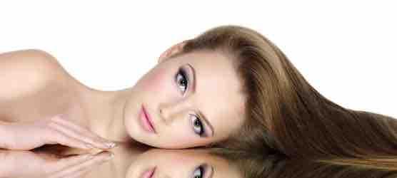 Schutzspray beim Haare glätten